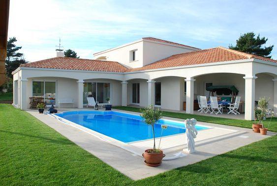 Une grande maison avec piscine du début du 21ème siècle. survivalisme